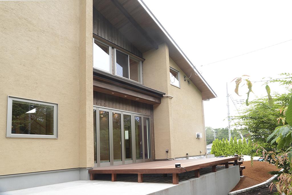 外観(K2モルタルの塗り壁と杉の羽目板)