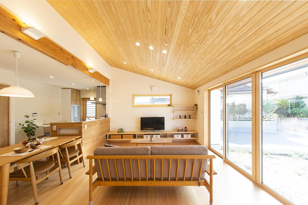 リビングダイニングキッチン(天井は杉、床は桧)