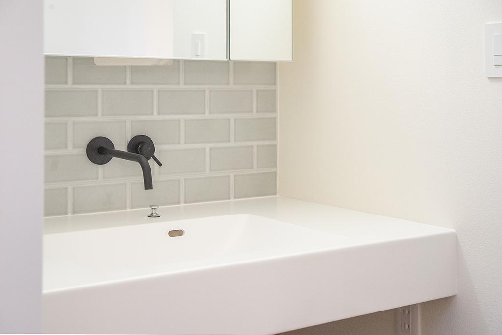 洗面所(タイル:名古屋モザイク 水栓:サンワカンパニー 壁:ホタテ塗り壁)