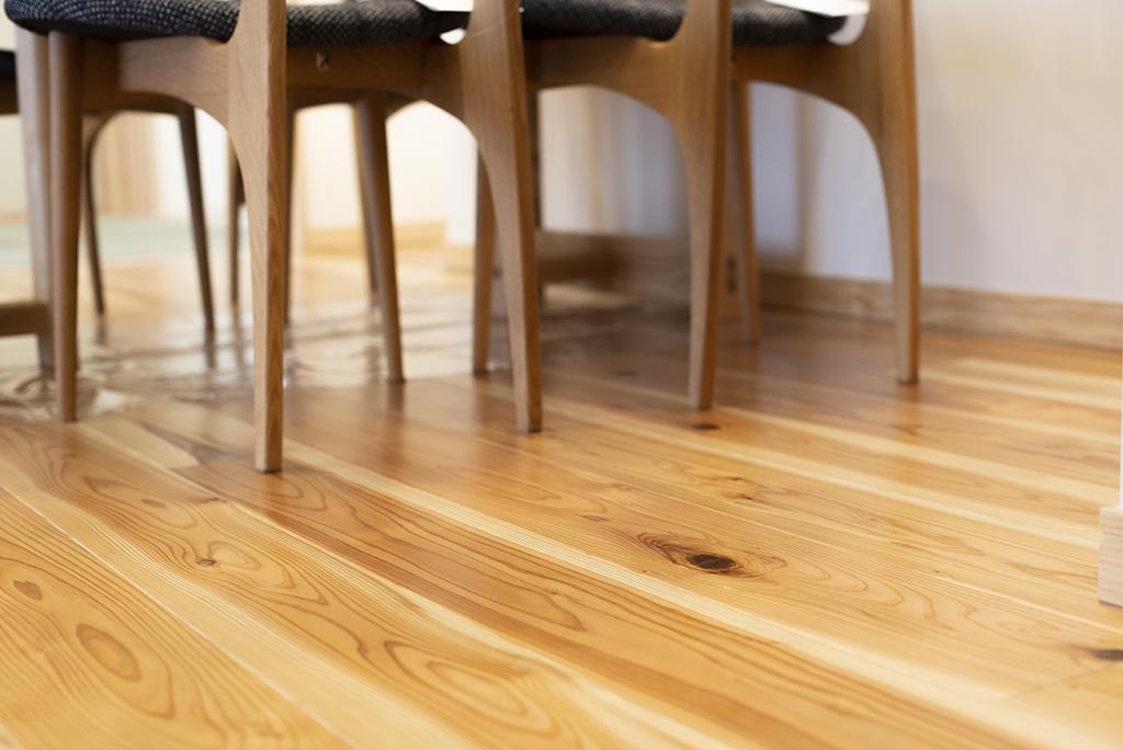 1階床材は無垢の杉