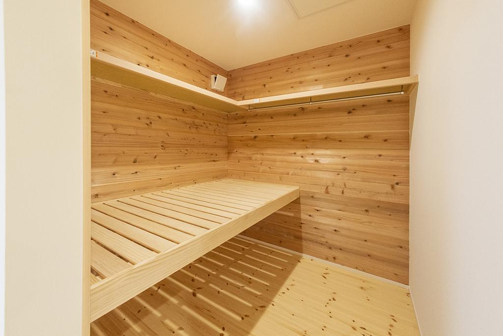 収納スペース(壁:杉 床:パイン)