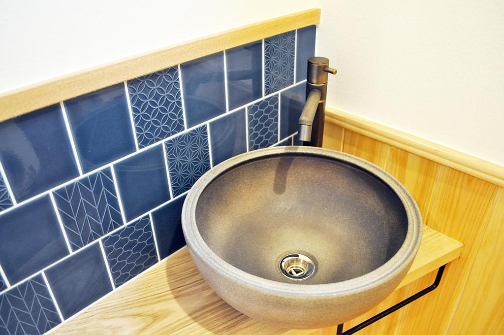 お手洗い手洗い鉢とタイル