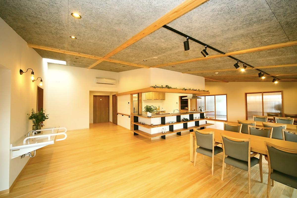 デイサービスのイメージを一新!自然素材に包まれた快適コミュニティ空間 富士市・アダモディサービスセンター